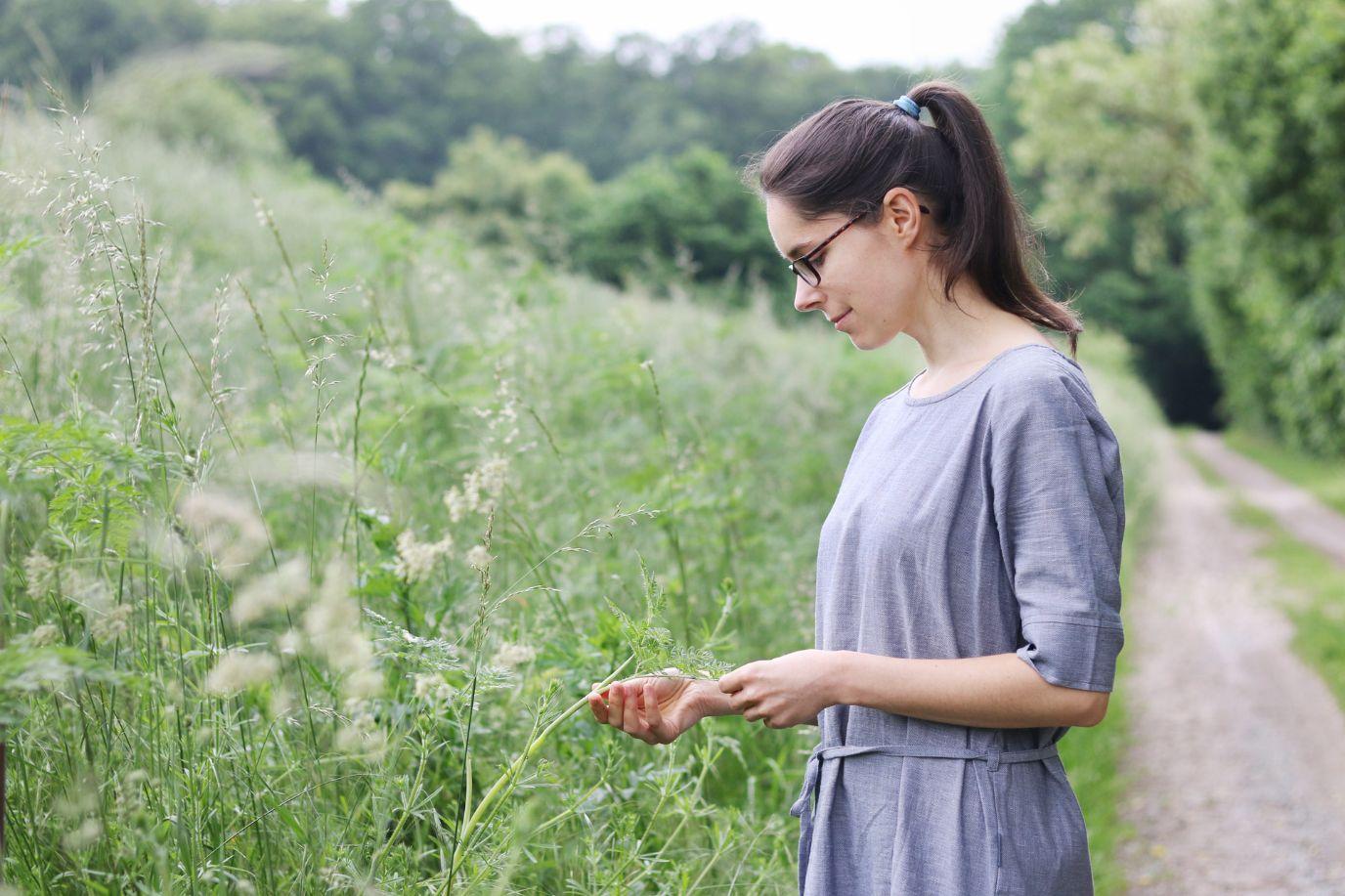 Bloggerin Lisa Albrecht steht auf einem Waldweg
